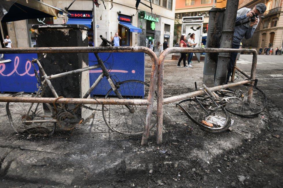 Bicicletas, vallas y mobiliario urbano quemado durante las protestas