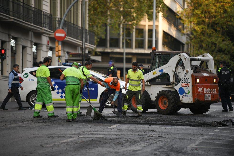 Miembros del servicio de limpieza trabajando en las calles de Barcelona