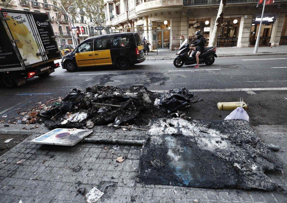 Aspecto que presenta las calles de Barcelona con restos de contenedores quemados