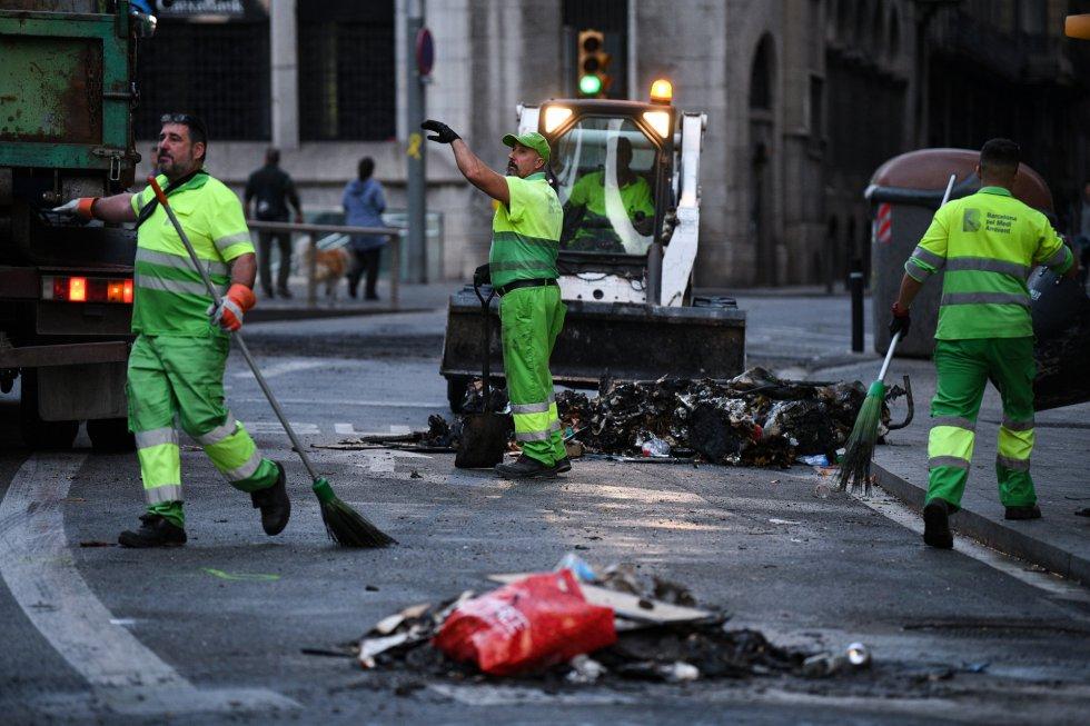 Trabajan para retirar los desperfectos de las calles