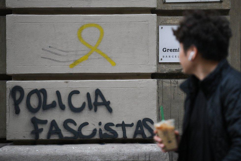 Pintadas en una pared de Barcelona