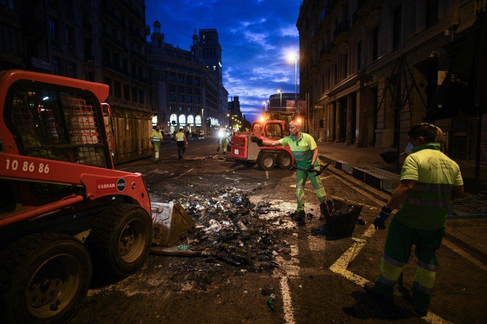 Trabajadores limpiando las calles tras las protesta
