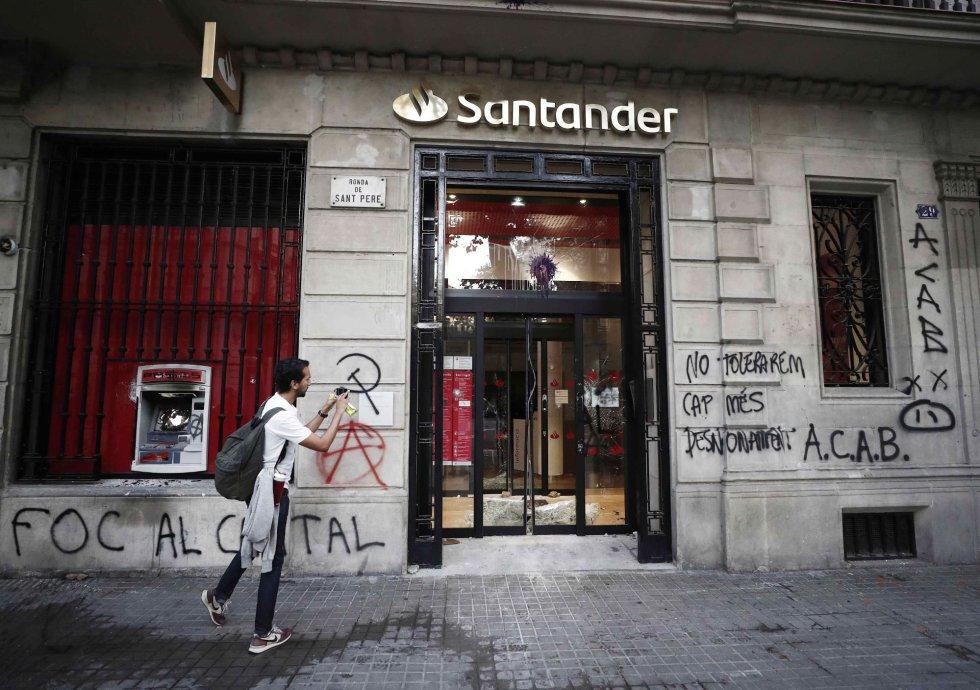 Aspecto de una entidad bancaria de Barcelona tras los incidentes