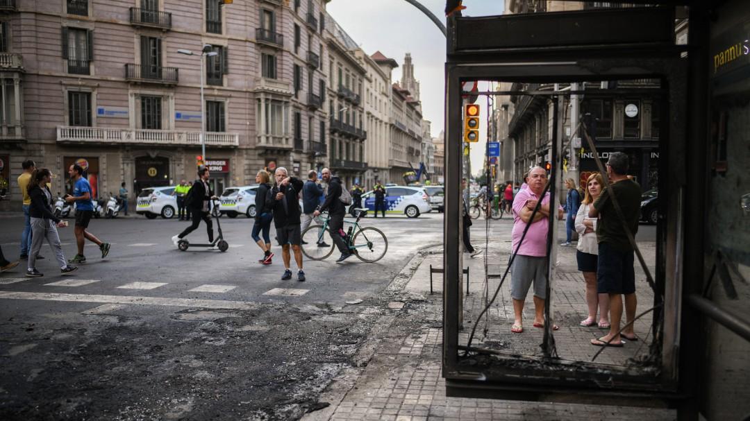 Una cadena humana entre violentos y policía en una jornada de protestas con menos disturibos