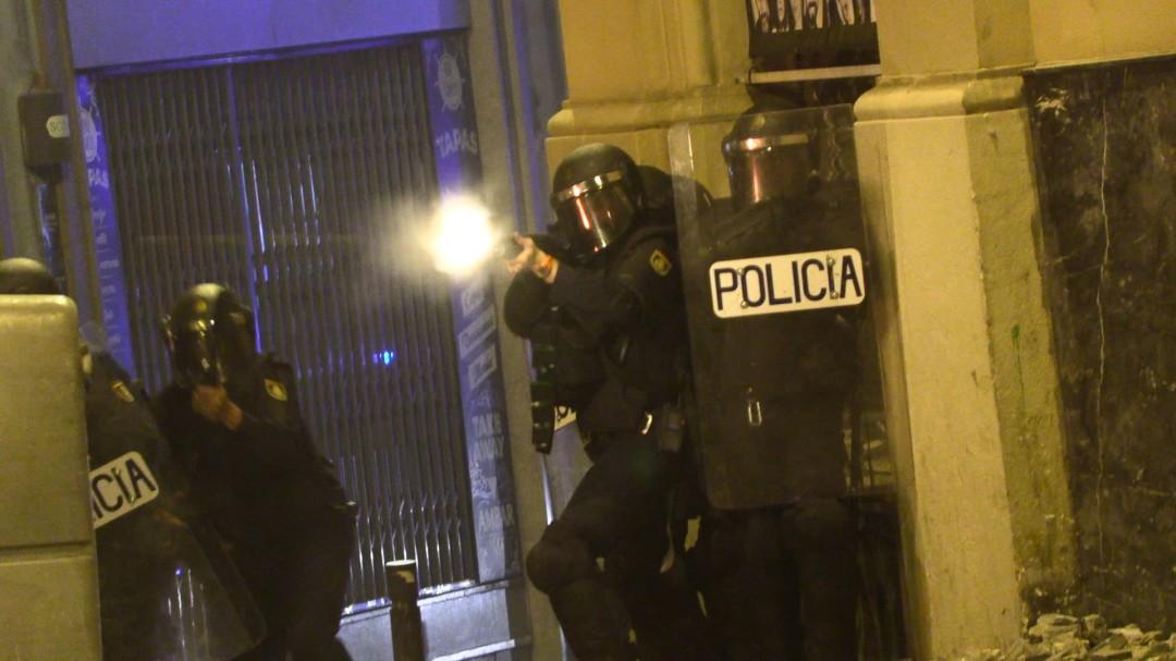 """""""Es un puto infierno, nos han atacado con motosierras"""": los testimonios de los policías en los disturbios de Barcelona"""