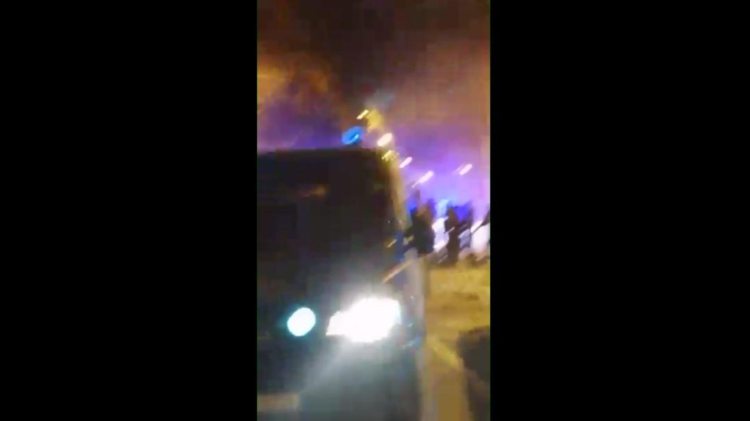 Así se ven los disturbios desde el furgón policial