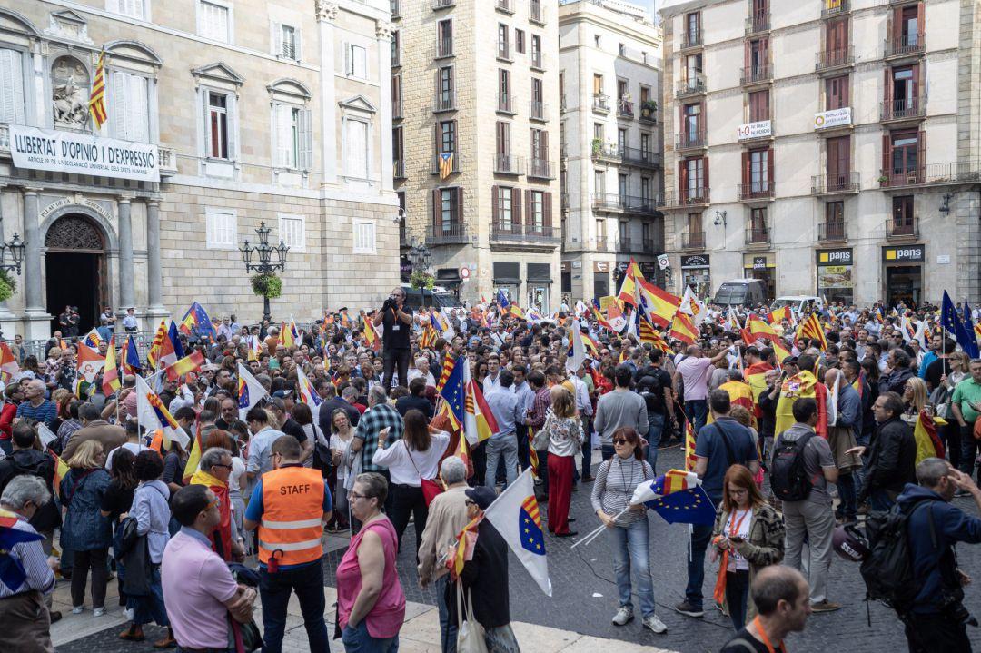 Asistentes a la concentración bajo el lema '¡Basta ya! Justicia y convivencia', en Barcelona