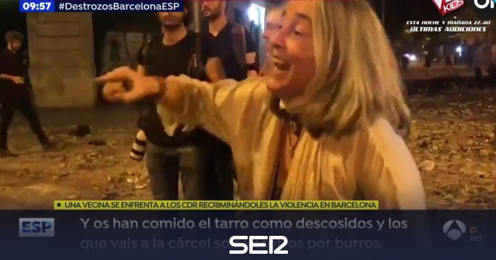 """La bronca de una vecina de Barcelona a un joven independentista: """"¡No me expliques mandangas!"""""""
