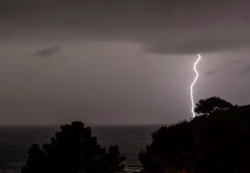 Vista de un rayo en Mallorca. Las tormentas ocasionadas por la depresión aislada en niveles altos (DANA) que desde este martes afecta a Baleares han ocasionado en total 142 incidentes en el conjunto del archipiélago