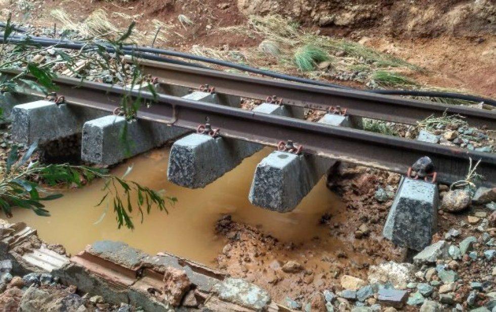 Imágenes de los efectos de la DANA en el tramo ferroviario El Estrecho-Los Nietos
