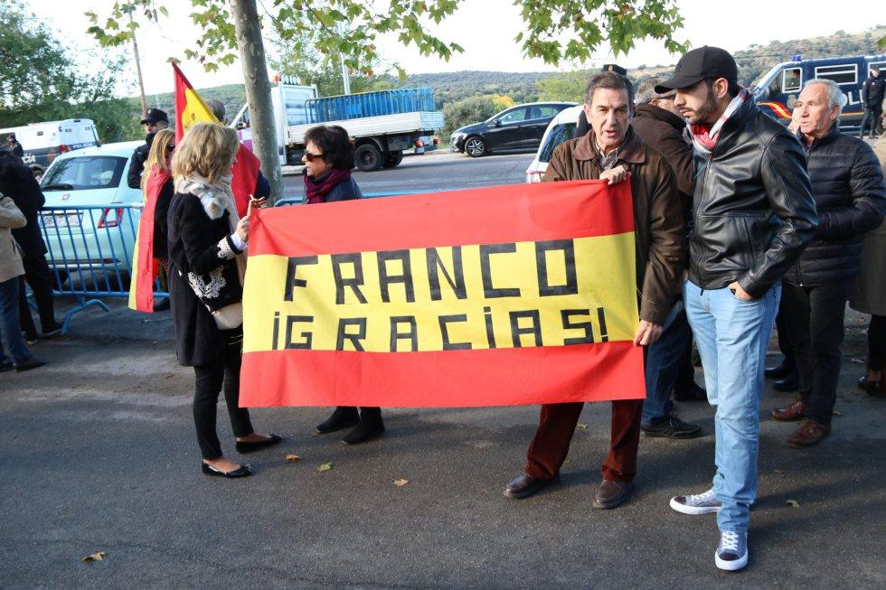 Una bandera que agradece a Franco su labor, a las afueras del cementerio de Mingorrubio