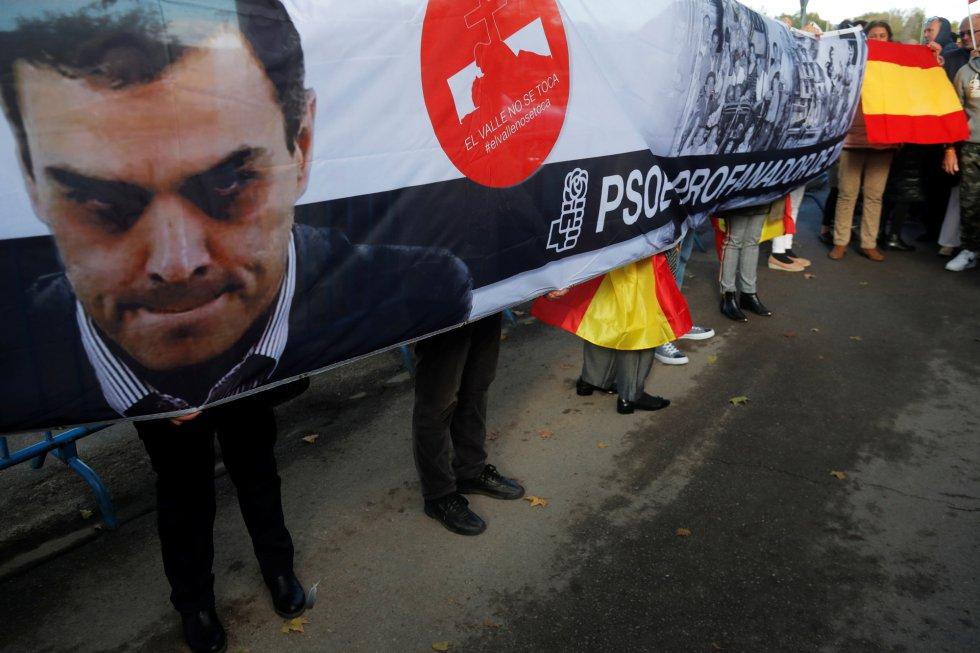 Una pancarta crítica con Pedro Sánchez por tomar la iniciativa de  exhumar a Franco