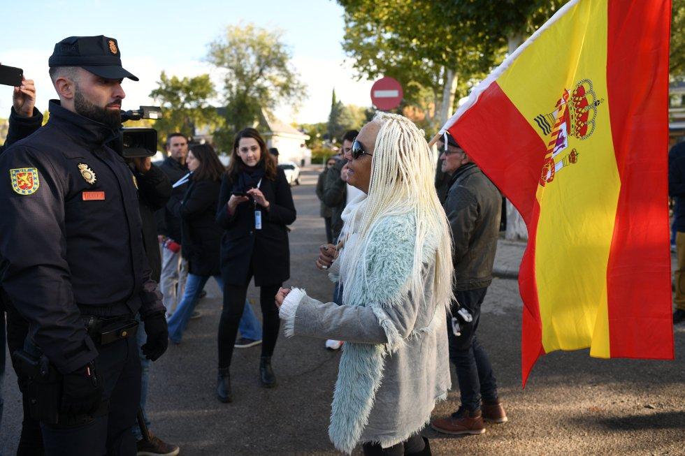 Algunos de los manifestantes frente a la Policía