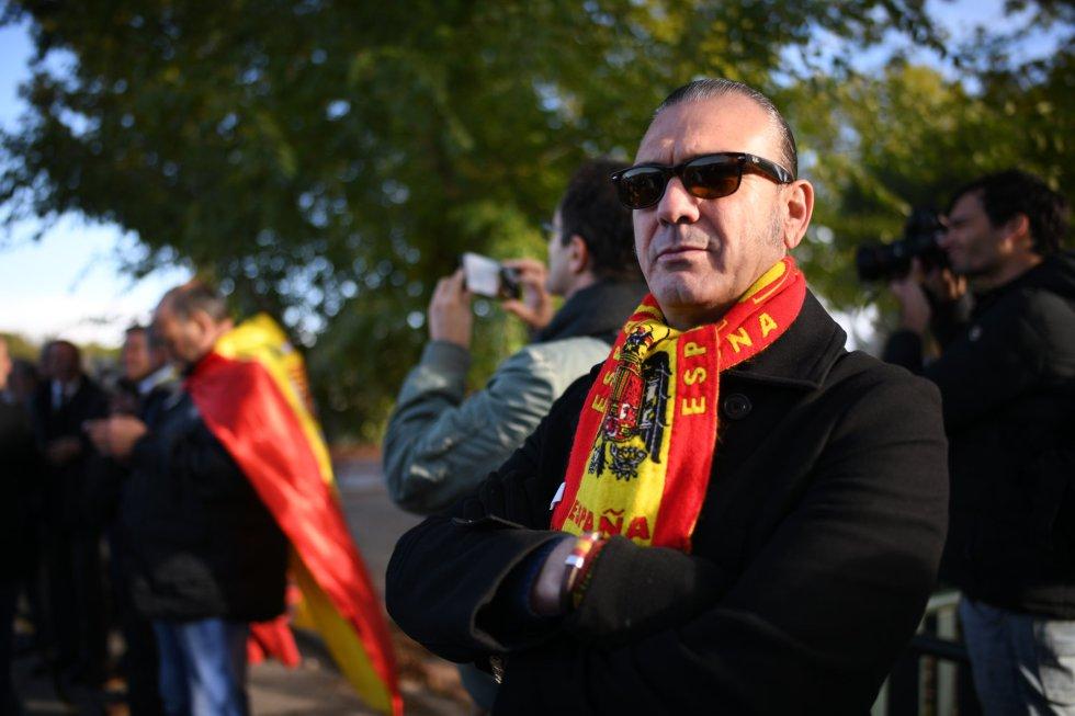 Un franquista con una bufanda con la bandera preconstitucional