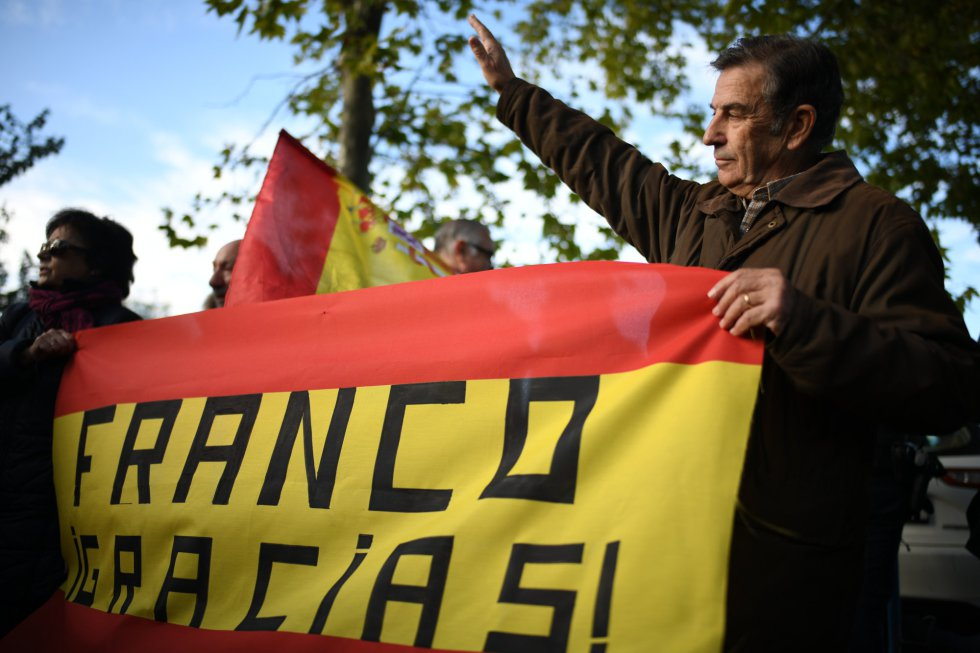Saludo franquista en el cementerio de Mingorrubio donde será inhumado Franco