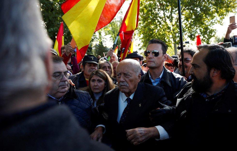 El ex teniente coronel de la Guardia Civil que encabezó el fallido golpe de Estado del 23 de febrero de 1981, Antonio Tejero, se ha sumado a los manifestantes que se concentran en las inmediaciones del cementerio de El Pardo-Mingorrubio