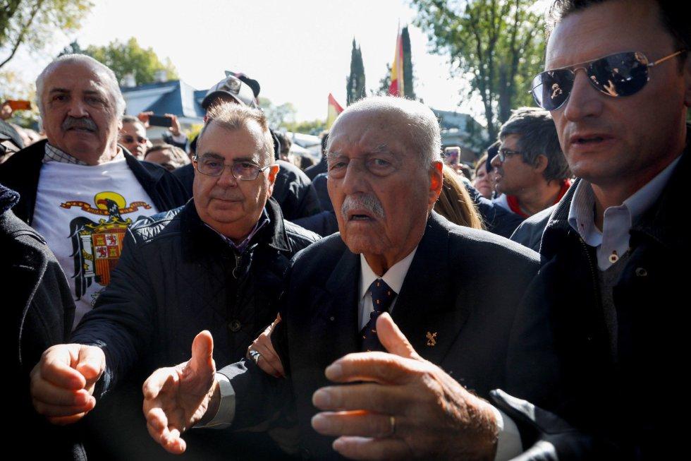 Tejero ha sido recibido con aplausos y alabanzas entre los concentrados en los alrededores del cementerio