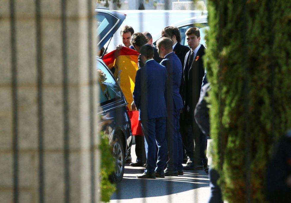 Varios familiares reciben el coche fúnebre que contiene el ataúd con los restos mortales de Francisco Franco a la llegada al cementerio