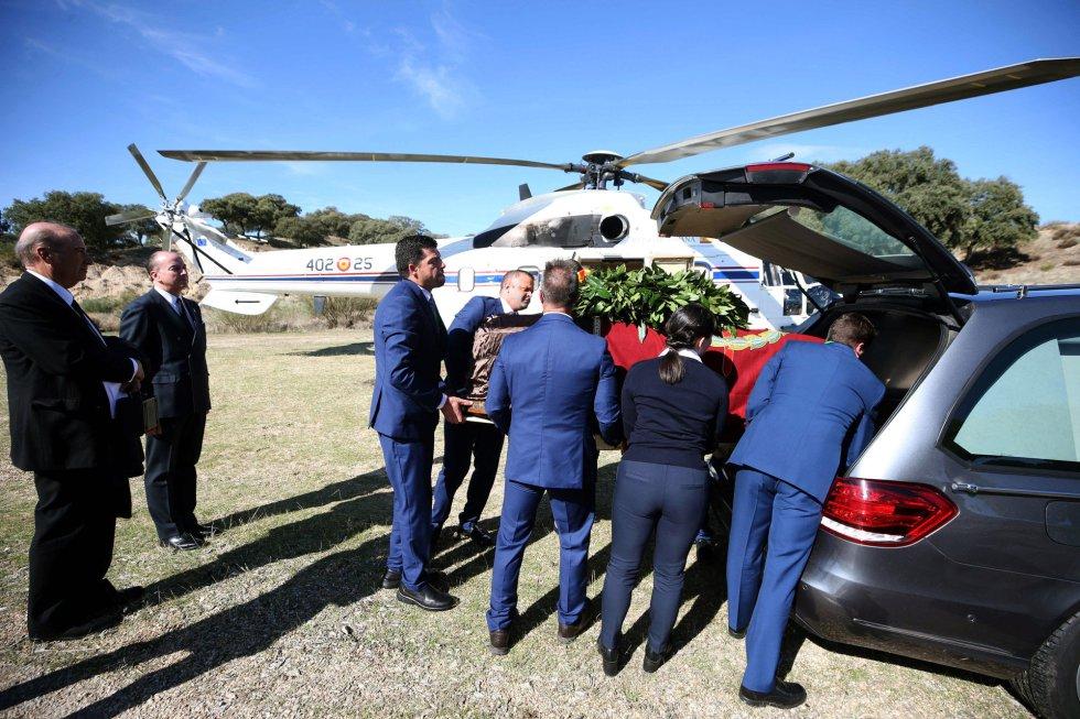 El momento en el que se ha introducido el féretro en el coche, tras ser transportado en el helicóptero