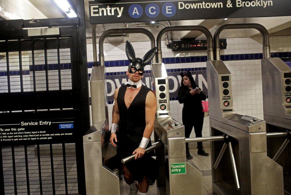 Un hombre disfrazado, en el metro de Manhattan, Nueva York.