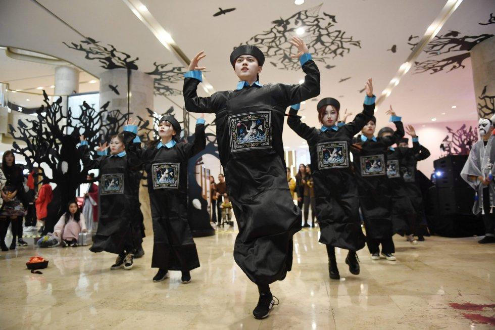 Un grupo baila disfrazado de muertos vivientes en China.