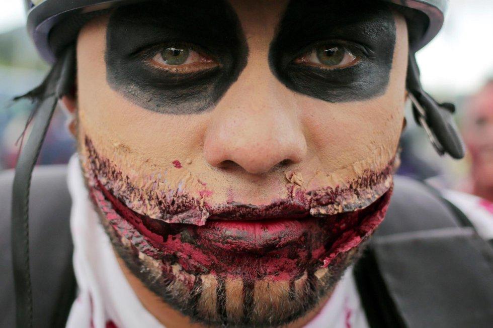 Decenas de personas disfrazas celebran Halloween desfilando este jueves, por las calles de Tegucigalpa (Honduras).
