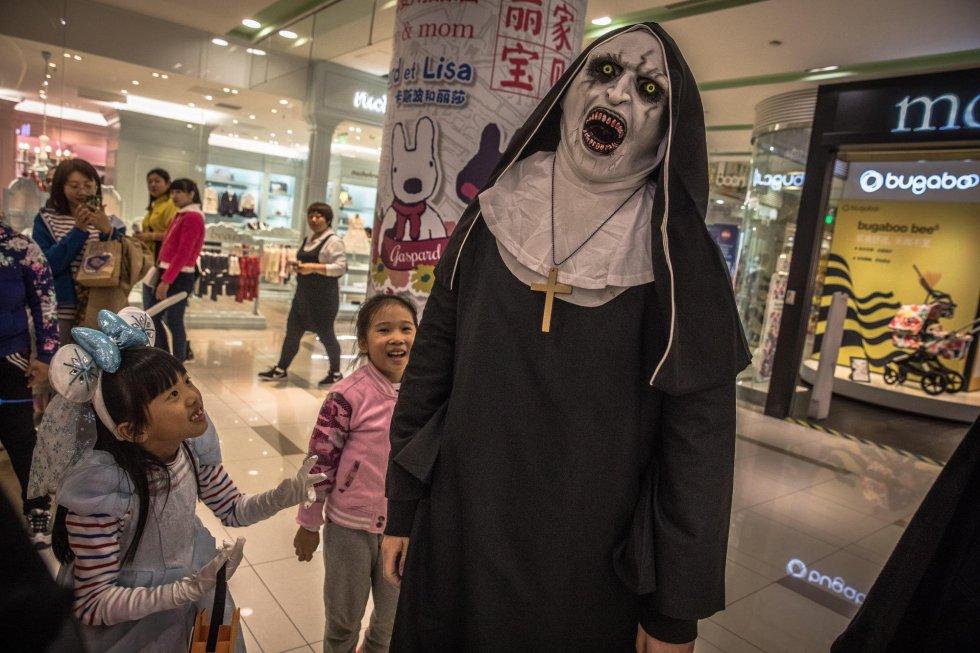 """Una persona disfrazada de """"La Monja"""" celebra Halloween este jueves en un centro comercial de Pekín (China)."""