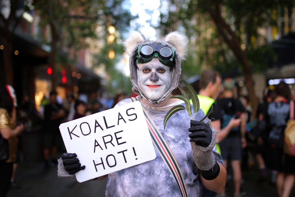 Un manifestante vestido como un koala participa durante una protesta contra la extinción de animales, durante la celebración de Halloween en Sídney (Australia).