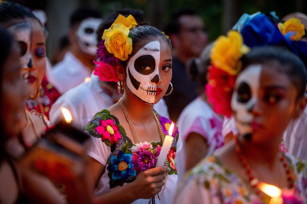 Habitantes de la localidad de Lerona Vicario celebran este jueves, en el panteón municipal, el Hanal Pixan, una ancestral celebración dedicada a los fieles difuntos de acuerdo con la creencia del Hanal Pixan Maya y que es un reencuentro entre los seres vivos y sus seres queridos que se han adelantado en su viaje en el más allá, en el estado de Quintana Roo (México).