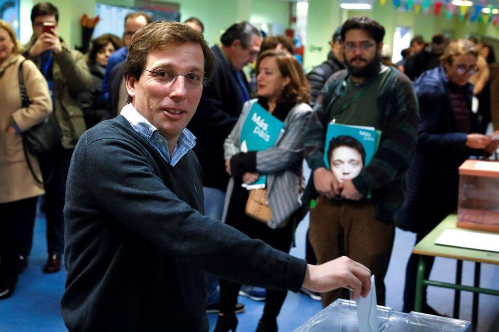 El alcalde de Madrid, José Luís Martínez Almeida, deposita su voto en la urna