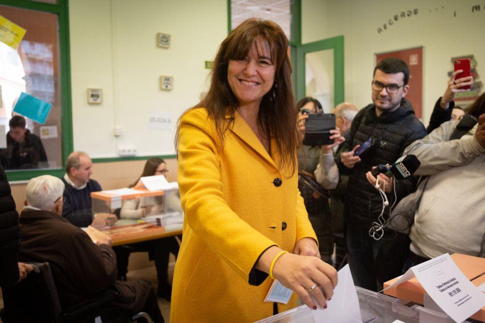 La cabeza de lista de JxCat, Laura Borrás, ejerce su derecho a voto en Barcelona