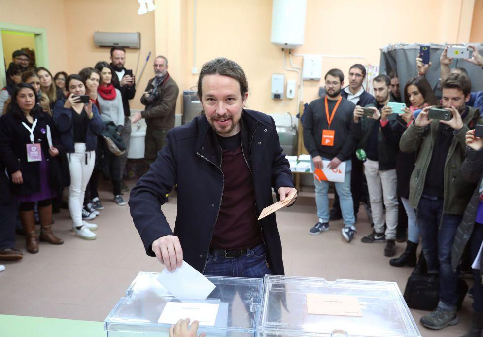 El líder de Unidas Podemos Pablo Iglesias deposita su voto en la localidad madrileña de Galapagar