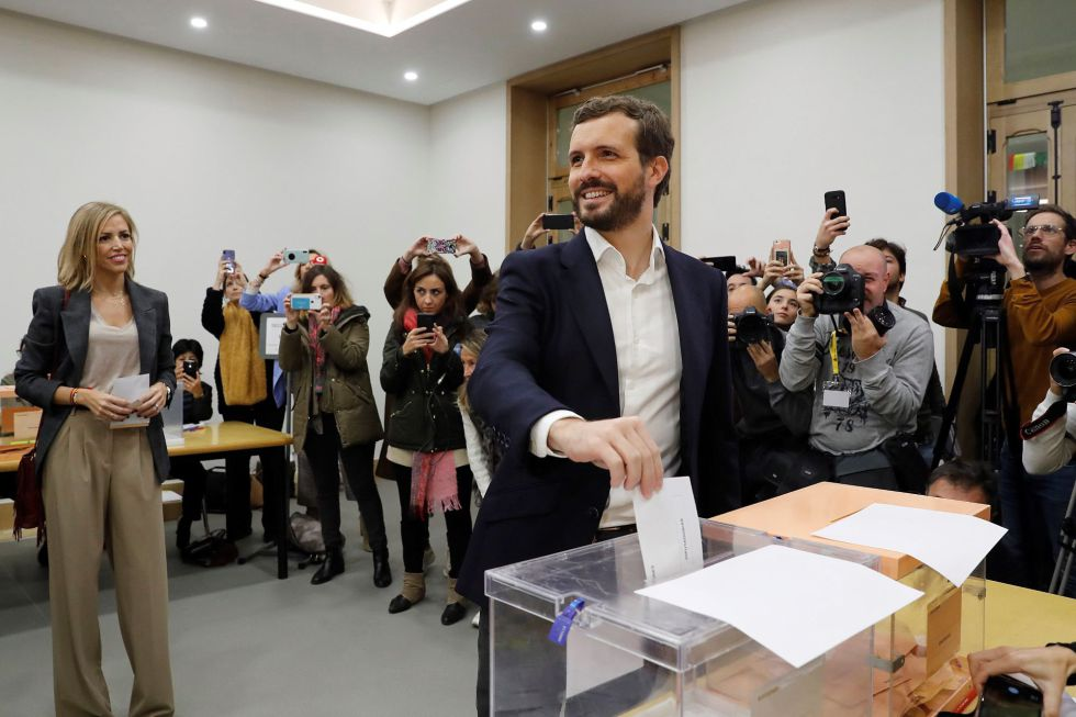 El presidente del Partido Popular Pablo Casado, acompañado de su mujer Isabel Torres, deposita su voto en Madrid
