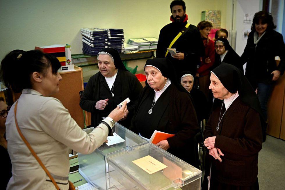 Un grupo de religiosas ejercen su derecho al voto en un colegio de Alcalá de Henares