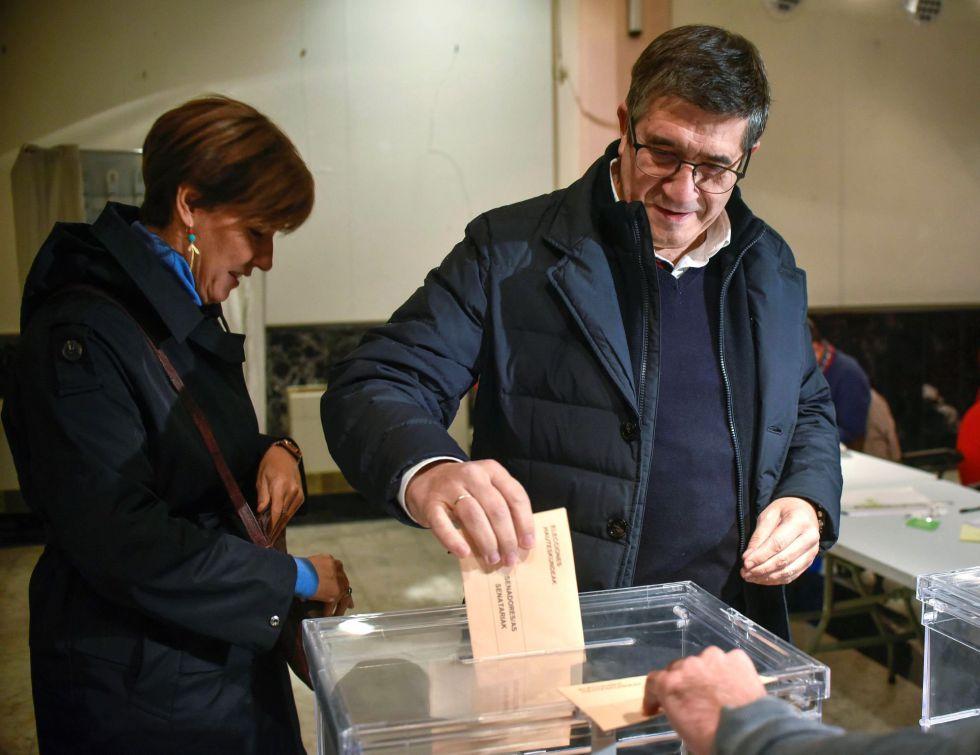 El candidato número uno del PSE-EE al Congreso por Bizkaia, Patxi López , y su mujer, la socialista Begoña Gil, votan este domingo en un colegio electoral de Portugalete (Bizkaia)