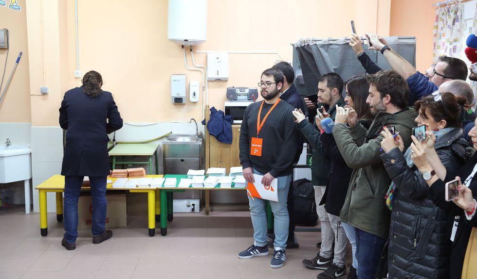 El líder de Unidas Podemos, Pablo Iglesias, metiendo las paletas en el sobre para votar