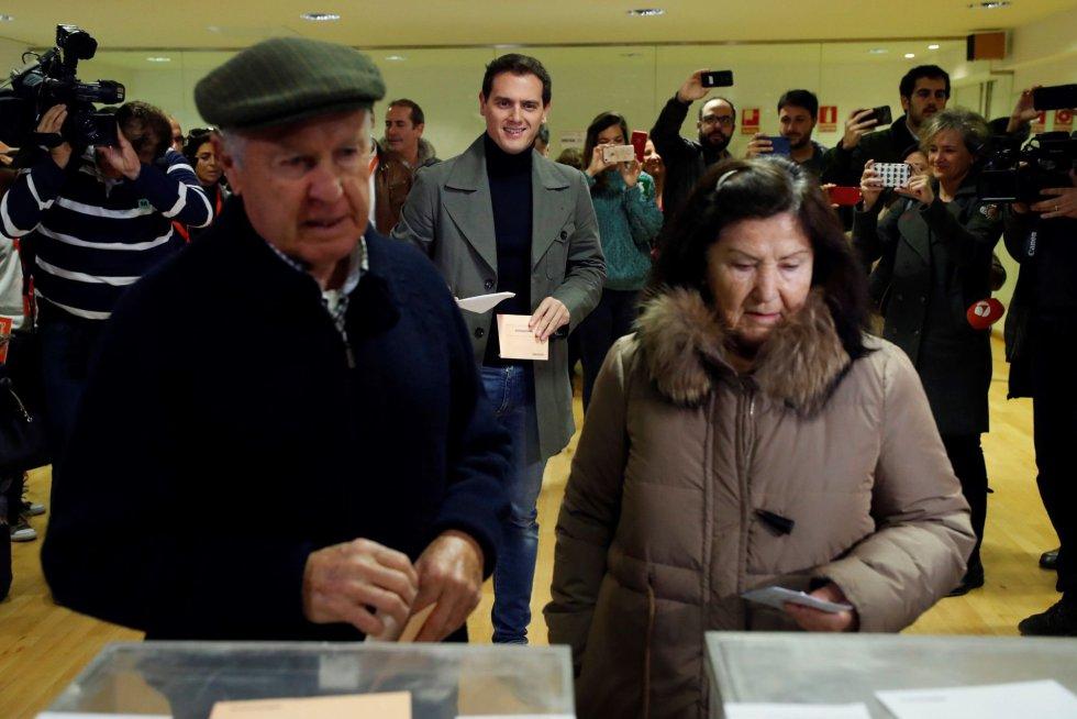 El candidato de Ciudadanos a la Presidencia del Gobierno, Albert Rivera, espera para votar en el Colegio Volturno de Pozuelo de Alarcón (Madrid)