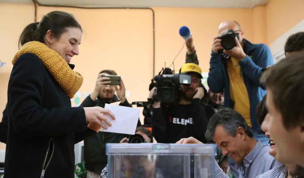 La dirigente de Unidas Podemos Irene Montero deposita su voto en la localidad madrileña de Galapagar