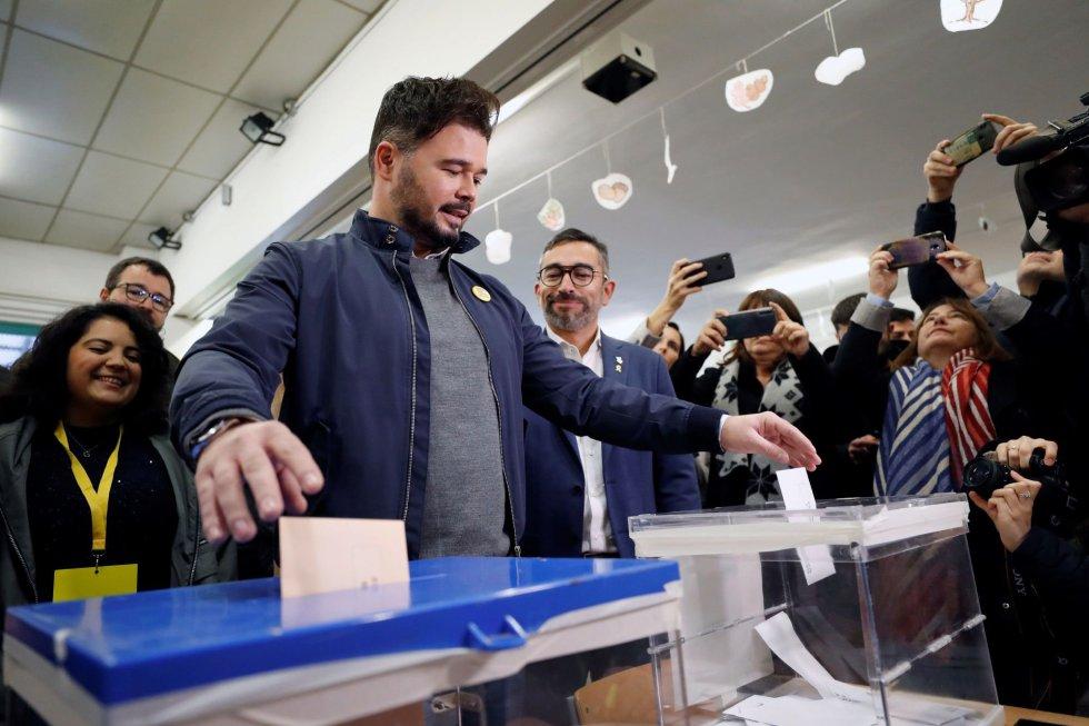 El candidato de ERC a la Presidencia del Gobierno, Gabriel Rufián, vota en un colegio de Sabadell (Barcelona)