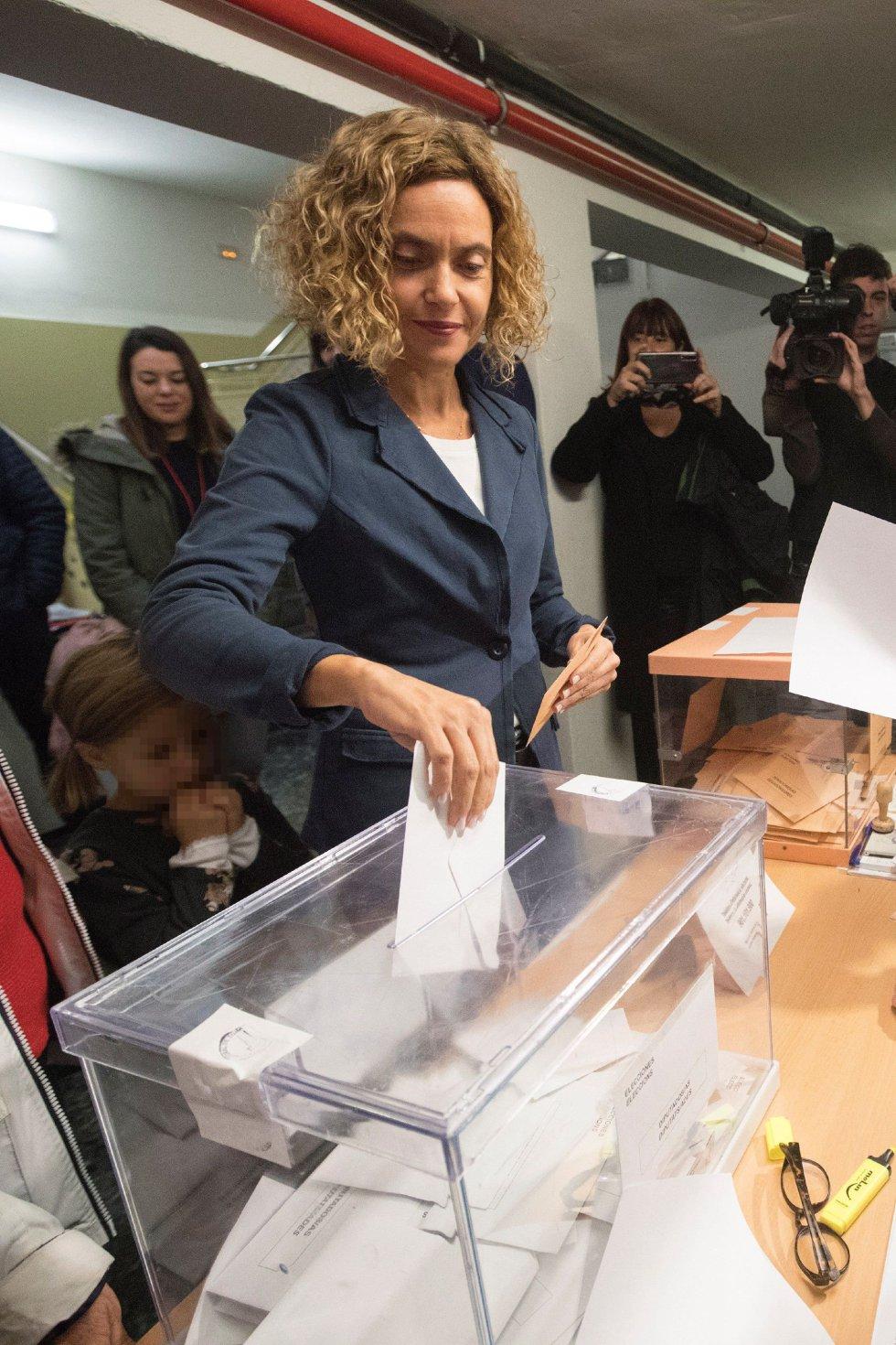 La cabeza de lista del PSC por Barcelona, Meritxell Batet, vota en un colegio de Barcelona en las elecciones generales