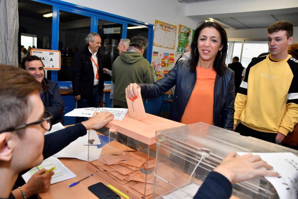 La presidenta del Parlamento andaluz, Marta Bosquet (Cs), ejerce su derecho al voto hoy