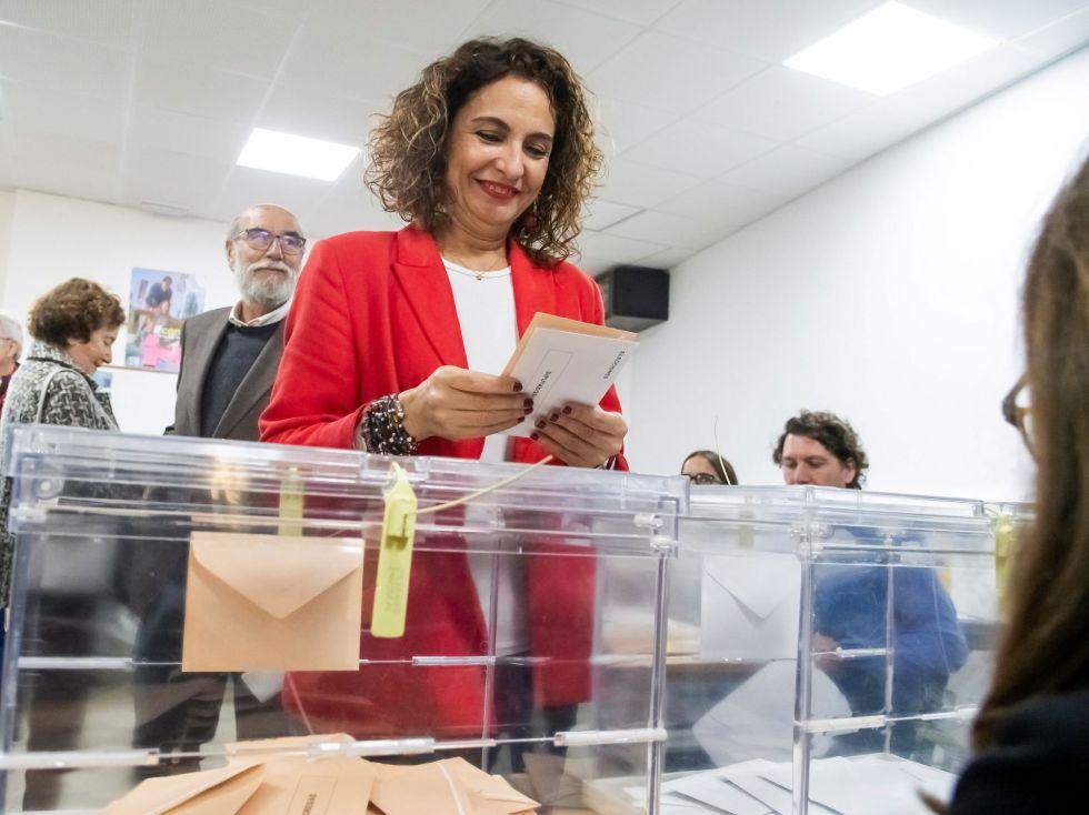 La ministra de Hacienda en funciones y cabeza de lista del PSOE al Congreso por Sevilla, María Jesús Montero, ejerce su derecho al voto en el colegio Safa de Sevilla