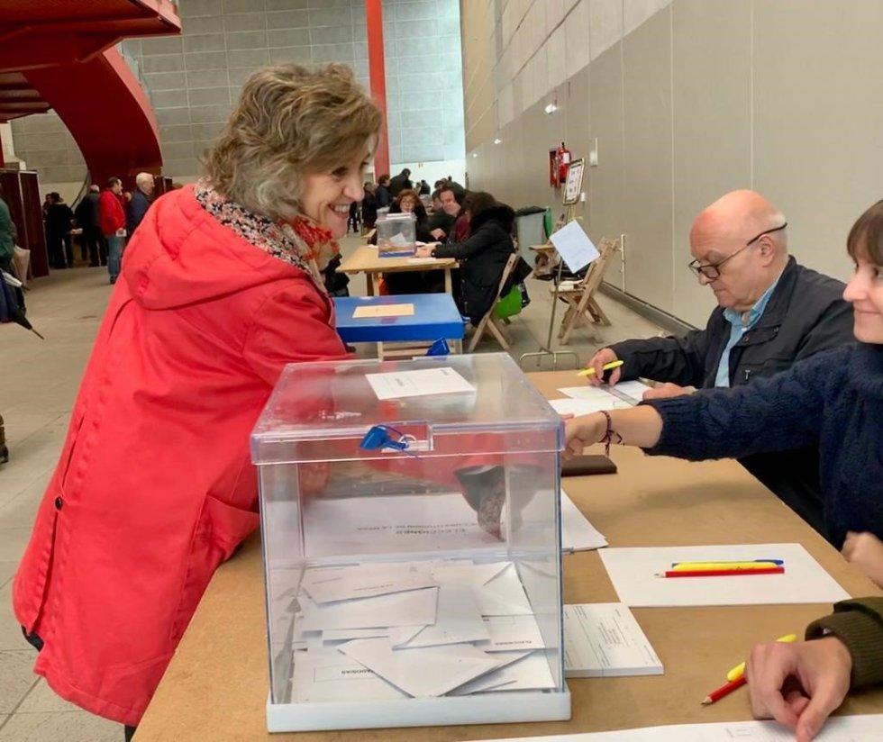 La número dos del PSOE al Congreso por Asturias y ministra de Sanidad en funciones, Luisa Carcedo, ejerce su derecho al voto en las elecciones generales