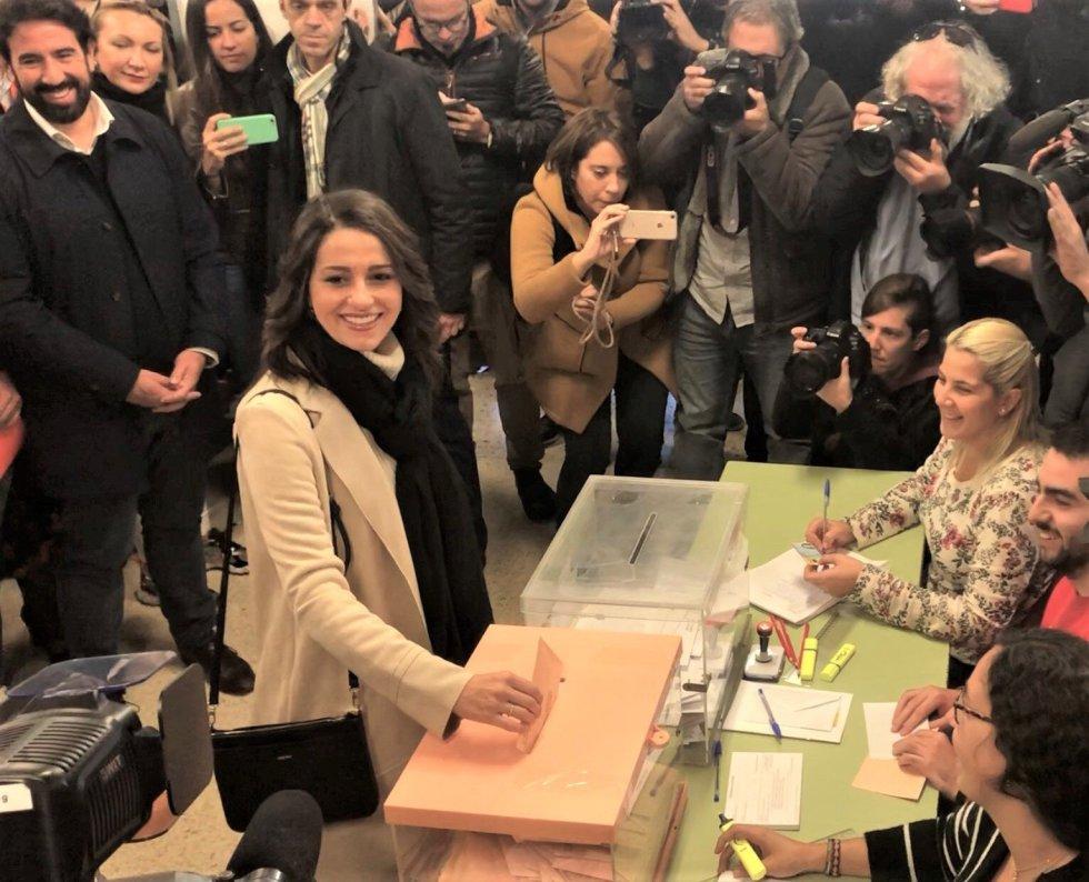 """La candidata de Cs al Congreso por Barcelona, Inés Arrimadas, ejerce su derecho al voto entre gritos de """"fascista"""""""