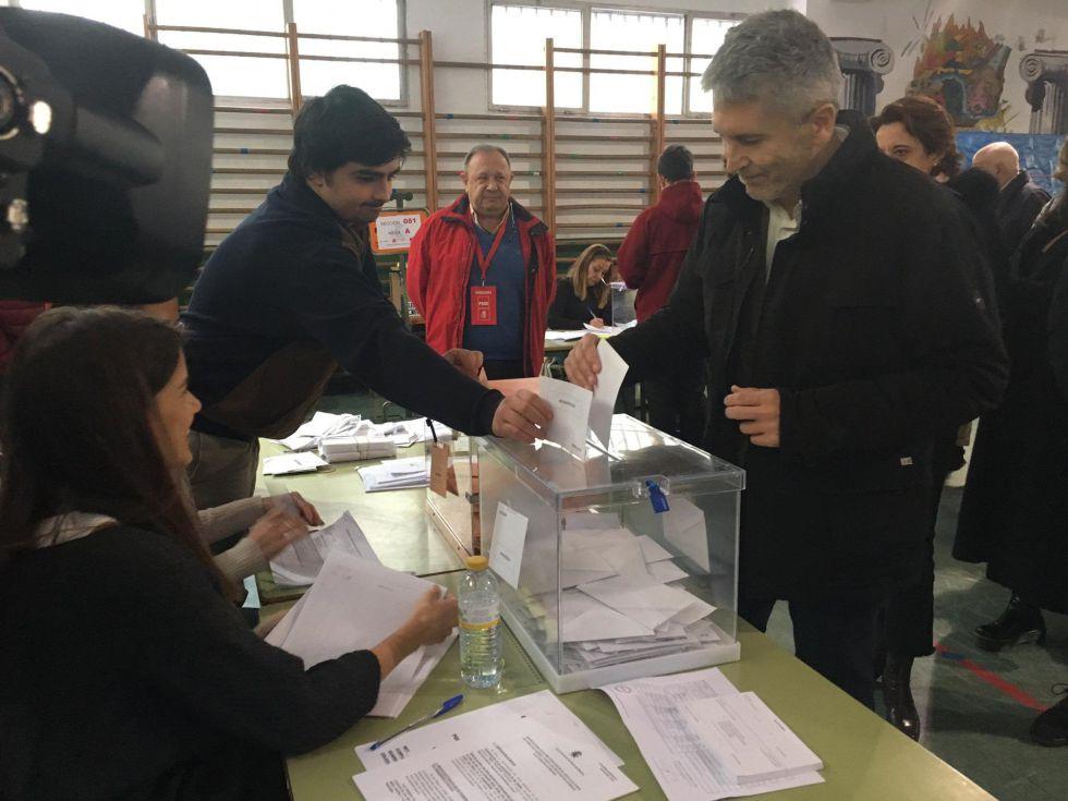 Marlaska ejerciendo su derecho a voto este domingo en Madrid