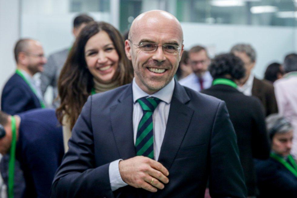 El jefe de la delegación de Vox en el Parlamento Europeo, Jorge Buxadé, sonríe por los buenos resultados obtenidos por su partido en las elecciones en la sede de Vox en Madrid (España).