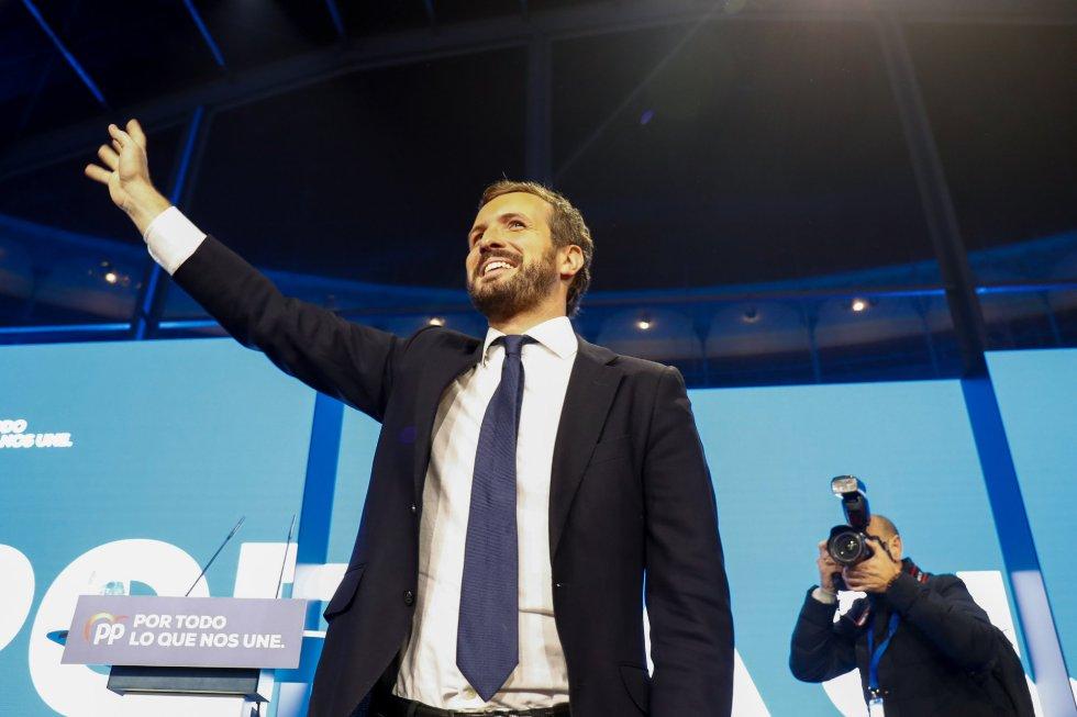 El presidente del PP y candidato del partido a la Presidencia del Gobierno, Pablo Casado, saluda durante el mitin del partido de fin de campaña, en la Plaza de las Ventas, en Madrid (España), a 8 de noviembre de 2019.