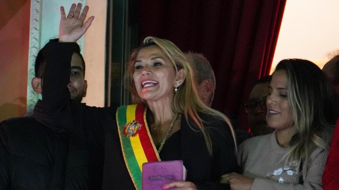 La senadora Jeanine Áñez se autoproclama presidenta de Bolivia sin el apoyo del Parlamento