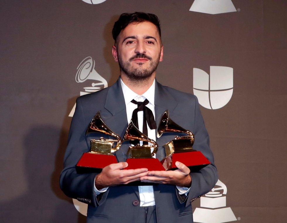 El Guincho posa con sus premios, entre ellos a mejor álbum.