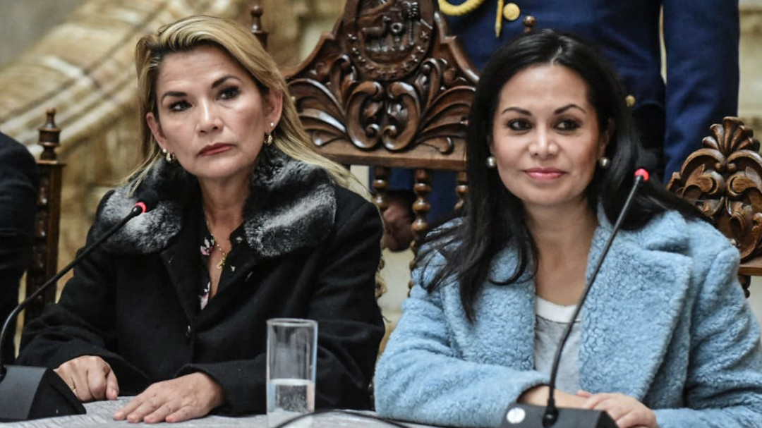 La autoproclamada presidenta de Bolivia da al ejército licencia para matar
